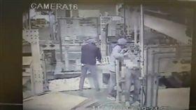 電子廠員工被捲機器壓死!監視器曝光…同事嚇傻狂敲面板  爆料公社
