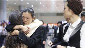 李凈瑜返台 聲援者機場擁抱打氣非政府組織(NGO)工作者李明哲的妻子李凈瑜(左2)29日下午搭機返台,聲援團體多人到場力挺,並獻上擁抱為李凈瑜打氣。中央社記者邱俊欽桃園機場攝 106年11月29日