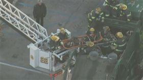 美國費城有一名男子在垃圾桶內睡著,隨著垃圾一起被倒進垃圾車搗碎機中,身受重傷,所幸男子經搶救後尚有意識,目前正在治療中。(圖/翻攝自《NBC10 Philadelphia》推特)
