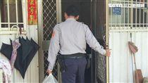 高雄市六龜警分局寶來派出所警員許明溪送便當幫助弱勢家庭/翻攝畫面