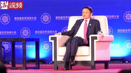 昨(29)日阿里巴巴集團主席馬雲出席第4屆世界浙商大會,他分享經營心得時透露「一個月掙1、20億其實是很難受的」,讓不少網友聽後紛紛暴動表示,「我願意替你扛!」(圖/YouTube《有科技》)