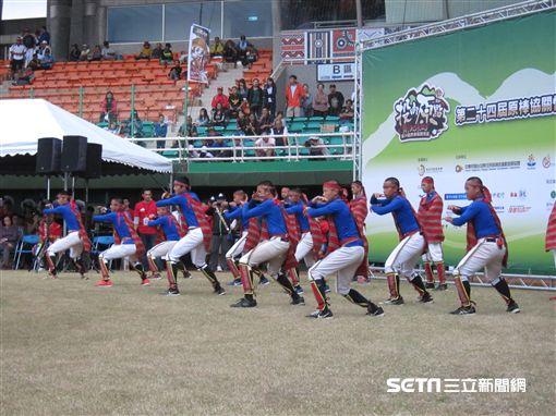▲原住民球員在關懷盃開幕儀式表演舞蹈。(圖/記者蕭保祥攝)