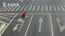 江蘇男子自己拿油漆塗改車道/看看新聞