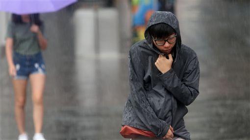 台北大雨(2)中央氣象局12日上午8時左右發布豪雨特報指出,東北風及熱帶性低氣壓外圍雲系影響,大台北地區有局部大雨發生的機率。台北下大雨,民眾沒帶雨具只好以外套擋雨。中央社記者吳家昇攝  106年10月12日