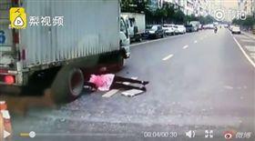 中國大陸,滑倒,爆頭,剎車,輪胎,過馬路(圖/翻攝自微博) http://www.miaopai.com/show/FUAd5uNkI8Mr7kF56PE3t4SJ2oCf~nqWTaE4og__.htm