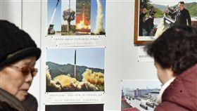 使館張貼照片 北韓宣稱完成核戰力建設北韓昨天宣布,成功發射新型「火星─15」洲際彈道飛彈,射程能達到美國全境。圖為北韓駐中國大陸大使館前貼出的彈道飛彈照片。(共同社提供)中央社 106年11月30日