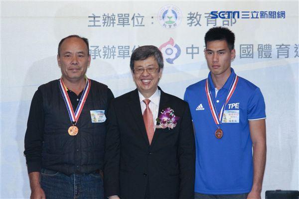 ▲楊俊瀚(右)今日出席國光獎章頒獎典禮。(圖/記者蔡宜瑾攝影)