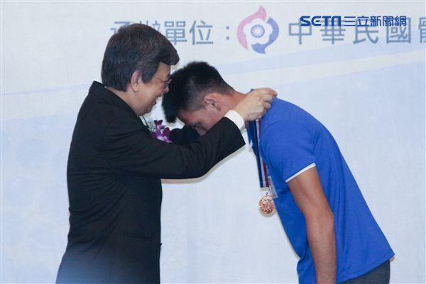 ▲楊俊瀚(右)表示明年將目標放在印尼亞運會。(圖/記者蔡宜瑾攝影)