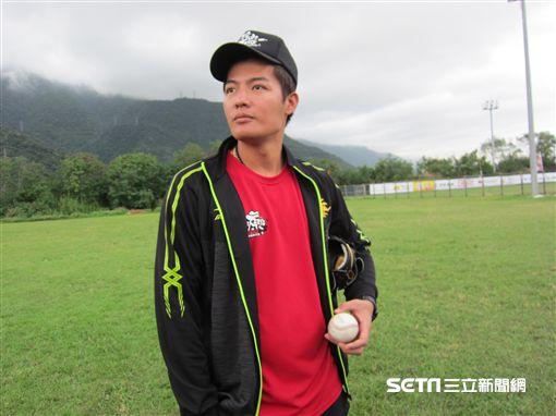 ▲旅美左投王維中回台灣還帶大聯盟用球。(圖/記者蕭保祥攝)