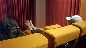 電影院奧客無極限 噁!脫鞋雙腳踩椅背 爆料公社