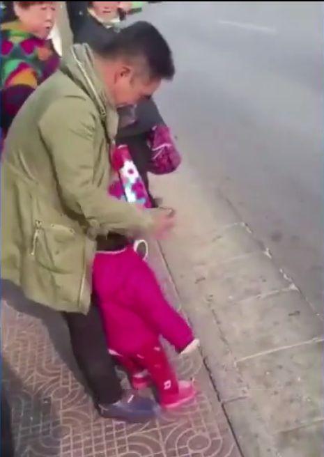 狠心陸父虐童。(圖/翻攝自微博)