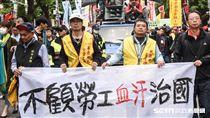抗議勞基法審查,勞工團體繞行立法院抗議。 圖/記者林敬旻攝