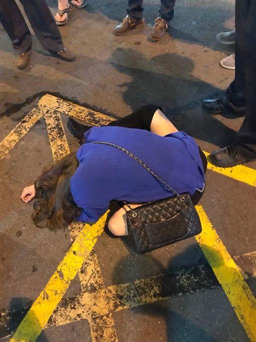 女子,酒醉,爛醉,丟包,撿屍,示意圖,翻攝自爆料公社