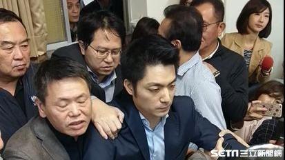 國民黨立委蔣萬安被民進黨立委架離。記者李英婷攝