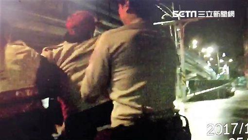 林男徒步行經新生北路一段時,警員上前將他攔下盤查,林男不斷對著警員飆罵,還抓傷警員左手腕,遭到警員壓制逮捕,警方搜出2小包安非他命及吸食器,訊後將林男依妨害公務及毒品等罪送辦(翻攝畫面)