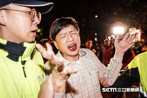 抗議勞基法修惡,自由台灣黨黨員轉往總統府席地抗議,與警方肢體衝突推擠並丟擲雞蛋鵝蛋 圖/記者林敬旻攝