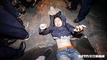 反對勞基法修惡,上百抗議民眾立法院中山南路抗議,警方抬離部分民眾(圖/記者林敬旻攝)