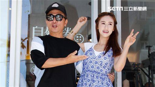 綜藝天王吳宗憲和女兒Sandy(吳姍儒)開心宣布新的墨西哥捲餅店開幕,將捲餅送給粉絲。(記者邱榮吉/攝影)
