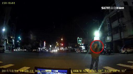 預謀搶劫? 駕駛停等紅燈 怪男強開車門