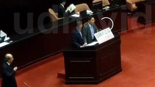藍委鄭天財怒丟保溫瓶後表示道歉,藍綠資深立委立即趨前安慰,截取立院轉播系統