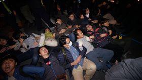 立法院,反對勞基法修惡,上百抗議民眾手勾手躺中山南路(圖/記者林敬旻攝)