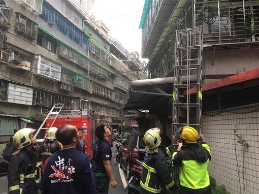 消防人員趕抵現場架梯救援。(圖/翻攝畫面)