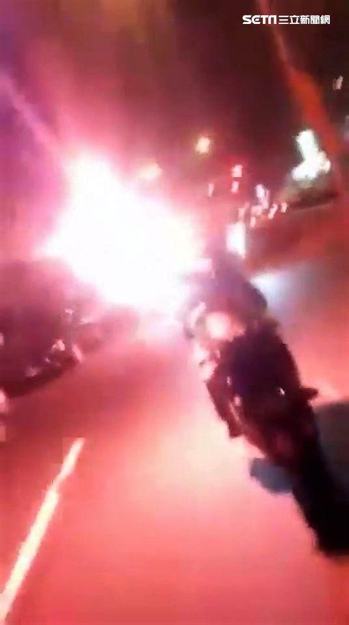 有群機車騎士在連接雙北的華中橋上嬉鬧,不僅按住喇叭不放,還有人點燃信號彈,警方鎖定騎士身分,將傳喚他們到案說明,並依社維法逕行裁罰(翻攝畫面)
