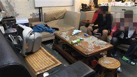 新北市中和區一名22歲馮姓男子,因不滿2年前自己乾弟弟21歲胡男與他人有糾紛,幫他出頭後,導致自己面臨10萬罰鍰與對方的傷害賠償,要乾弟負責,但乾弟不認帳,雙方關係因而決裂。昨天凌晨,馮男率領6名同夥前往新北市中和區乾弟工作的搬家公司宿舍報復,持棍棒進入宿舍內砸毀屋內陳設及毆打乾弟,所幸乾弟送醫後無礙。警方循線通知馮等4人到案,訊後依毀損、傷害等罪嫌法辦。