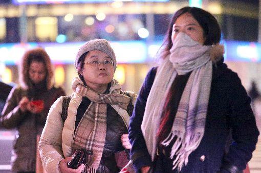 冷氣團報到 台北冷颼颼(1)今年入冬首波冷氣團5日報到,中央氣象局預估入夜後低溫下探攝氏13、14度,提醒民眾注意保暖。中央社記者吳翊寧攝 106年12月5日