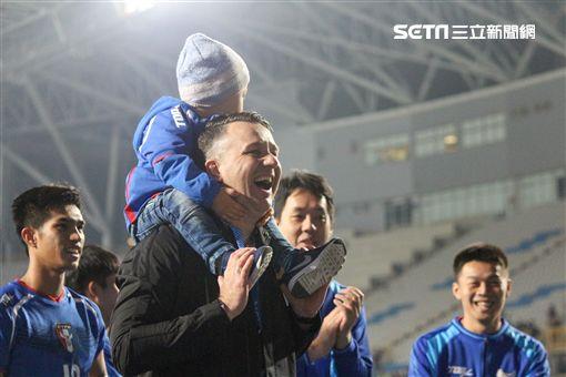 ▲中華男子足球隊總教練Gary White帶著兒子一起參加頒獎。(圖/記者蔡宜瑾攝影)