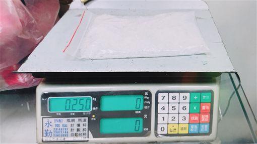 警方在人參禮盒中搜出毒品。(圖/翻攝畫面)
