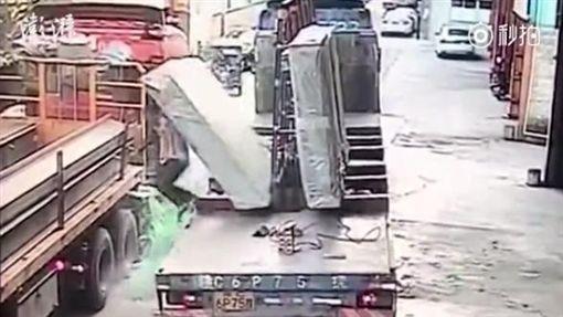 中國大陸,廣東,工人遭玻璃撞倒活埋(圖/翻攝自秒拍)