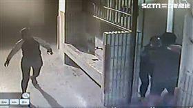 鏡子反射偷窺…色狼躲女廁敗露遭逮 被扯光上衣裸身逃跑 屏東潮州分局提供