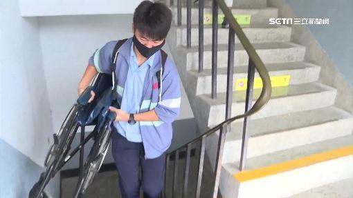 獨/拚學測!推輪椅.揹上樓 護送腿傷同學進教室