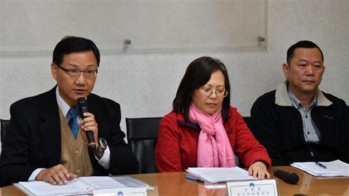內政部訴願審議會專門委員翁瑞鴻(左)說明訴願明年起可視訊陳述意見。(內政部提供)