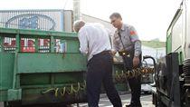 大貨車拋錨卡路中 台中市霧峰分局大里分駐所員警張滄柏幫忙修車/翻攝畫面