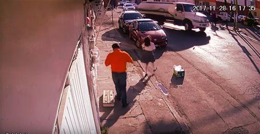 墨西哥,女學生,街頭慘摔,摔倒。(圖/翻攝自YouTube) ID-1166284