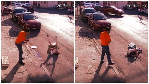 墨西哥,女學生,街頭慘摔,摔倒。(圖/翻攝自YouTube) ID-1166286