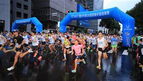 台中舒跑杯3萬人開跑「台中市第36屆舒跑杯路跑競賽」12日在台灣大道市政大樓前廣場登場,清晨台中天空飄雨,仍吸引3萬名民眾參加,鳴槍後陸續開跑。中央社記者趙麗妍攝 106年11月12日