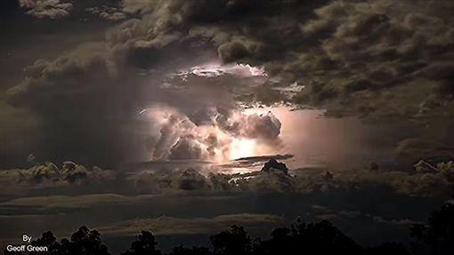 怪象!瘋狂閃電照亮夜空 如核彈爆炸。(圖/翻攝自YouTube Geoff Green)https://www.youtube.com/watch?v=_TrDsh_zts4