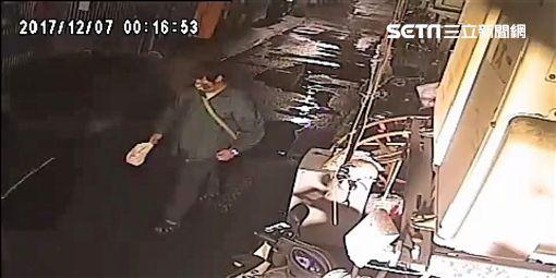 北投中央北路一段的陳男,兩度在自家住宅附近縱火,警方循線前往嫌犯住家,依準現行犯將他逮捕,訊後依公共危險罪送辦(翻攝畫面)