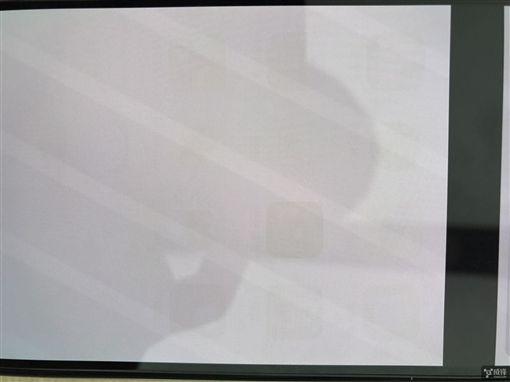 iPhone X上市已1個多月,卻驚傳出iPhone X螢幕出現「烙印」現象,從照片中可看到螢幕下方的App圖示變成殘影無法消失,成為首起iX螢幕烙印事件。(圖/翻攝自中國威鋒論壇)