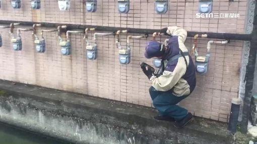天然氣錶設水溝旁 想抄錶得練輕功