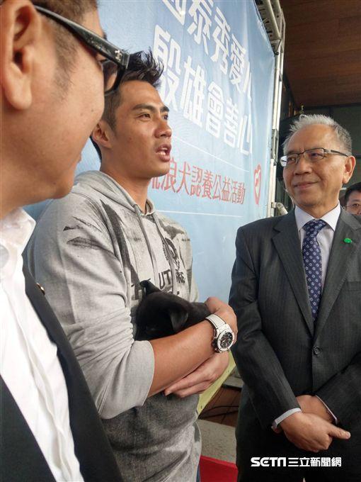 陳偉殷出席流浪動物領養公益活動。(圖/記者王怡翔攝)