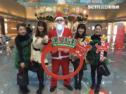 耶誕節即將來到,台灣各地都充滿歡樂溫馨過節氣氛,就連國門桃園機場也不意外。昇恆昌免稅商店為了延續多年與旅客一同歡度耶誕節傳統,特別將遊樂園的旋轉木馬搬進桃機第2航廈3樓出境管制區內供旅客乘坐、拍照,為期一個月時間,讓往來旅客都可以感受到滿滿耶誕氣氛。旋轉木馬搭配歡樂溫馨的耶誕音樂,不少旅客嘖嘖稱奇,大呼:「實在好特別,沒想到在機場竟然可以看見旋轉木馬。」