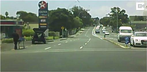 靈車,屍體,遺體,擔架,紐西蘭,路口 圖/翻攝自YouTube