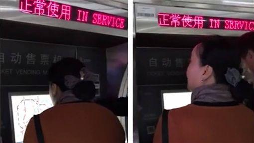 上海地鐵未來將採用「語音購票」新技術,但語音系統尚未裝設好,就有大媽對售票機大喊「我要去東方明珠站」,一旁的乘客告知她尚未有此功能時,大媽還不放棄的說「急什麼啊?等一會兒啊」,讓排在後面要買票的乘客哭笑不得。(圖/翻攝自微博)