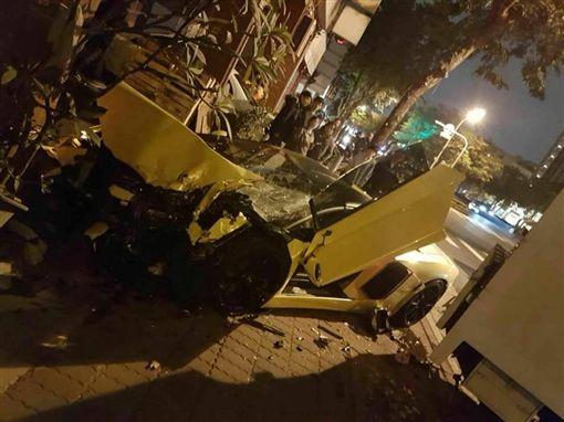 大牛敞篷 2800萬起跳 中華路熱河三街口車禍黑色豪門企業臉書