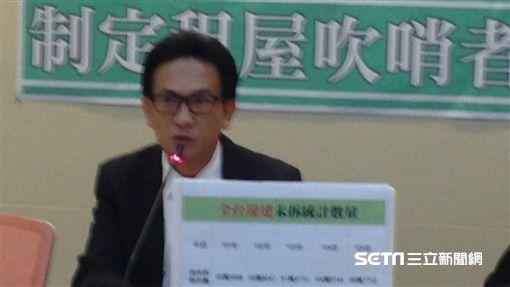 民進黨立委林俊憲12月8日召開記者會批違法隔間問題。記者李英婷攝