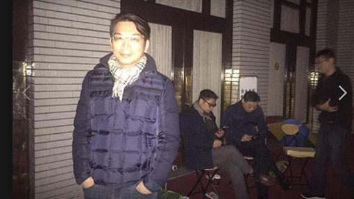 立委徐永明及藍委為公投法12月8日爭先早起占議場。圖/取自徐永明臉書